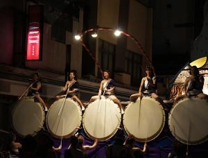 Tout d'énergie et d'enthousiasme, ici les femmes sont aux commandes des tambours gigantesques.
