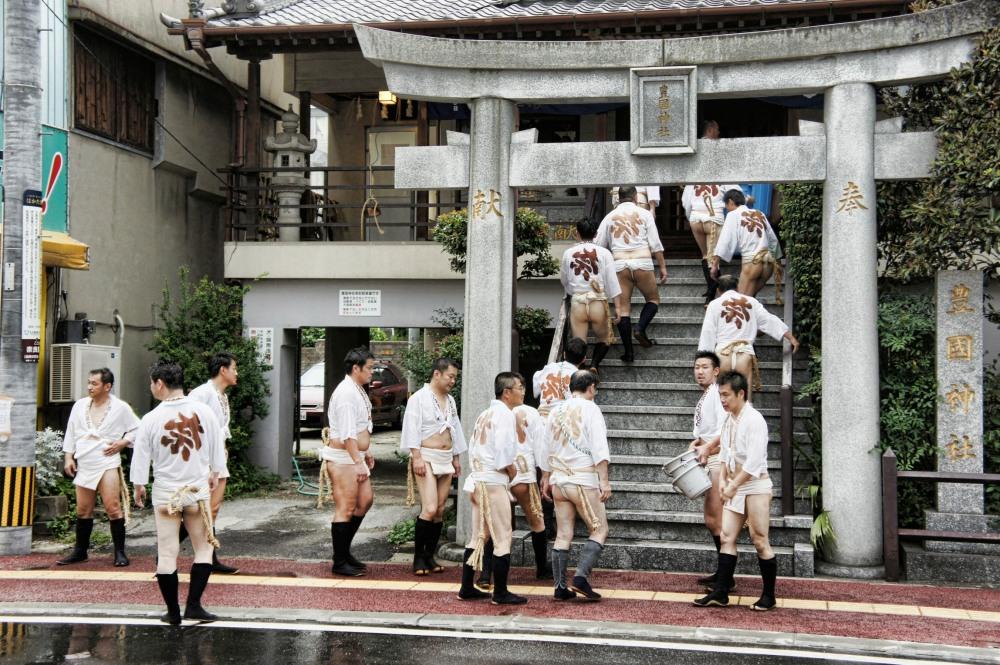 Visite au temple d'une équipe de quartier